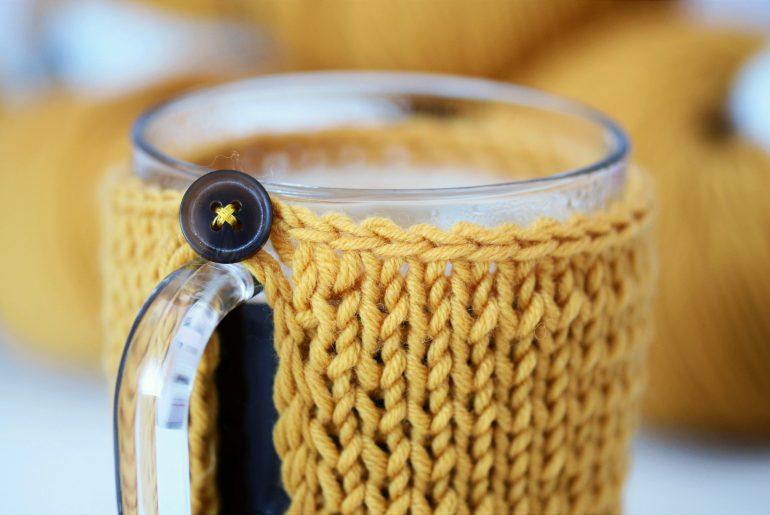 Otulacz na kubek na drutach